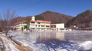 もっと!信州77「川上村編」| 川上第二小学校 校庭全面スケートリンク