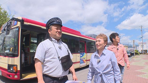 運転手に扮するヤポンスキーこばやし画伯|ローカル路線バス乗り継ぎでGO! ~長野駅から松本城を目指すのだ~