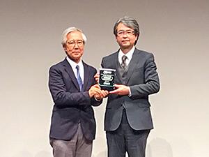 アドバイザリーボード議長・東京大学医学部附属病院 准教授 中川恵一氏より、記念の盾を受贈