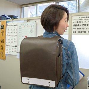 小学校の通学かばんを探る(3月14日 土曜 午前10時45分)