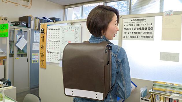 萩原早紀子アナウンサー 小学校の通学かばんを探る