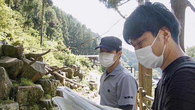 取材する村井ディレクター(手前)・番組制作の舞台ウラ